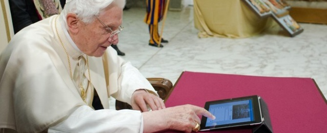 Pope Benedict XVI sends first tweet via @Pontifex (Video)